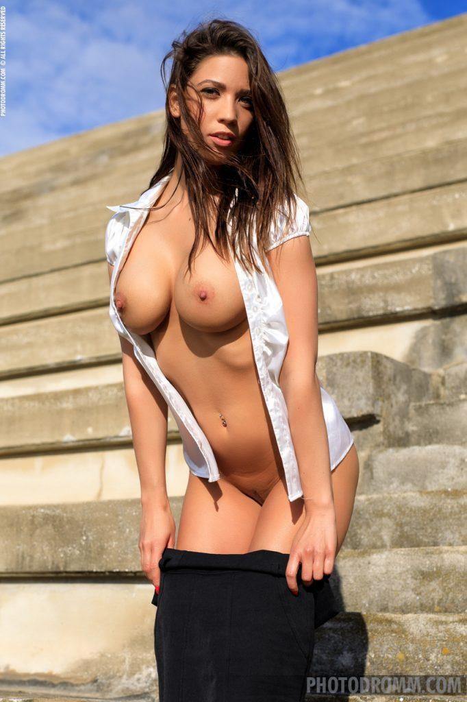Naoliwiony biust suczki na schodach
