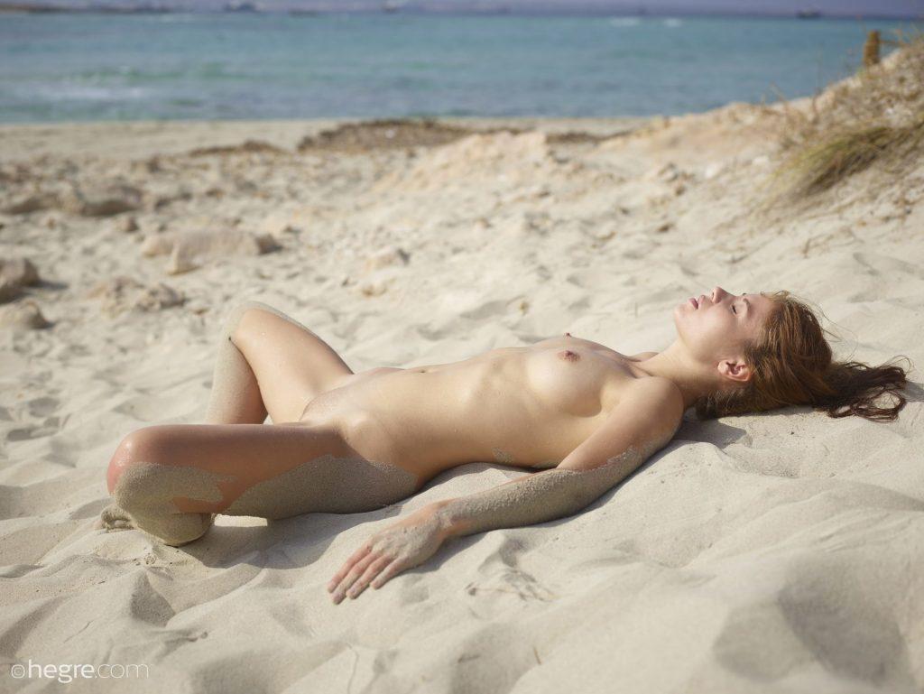 Zgrabna laska w piasku
