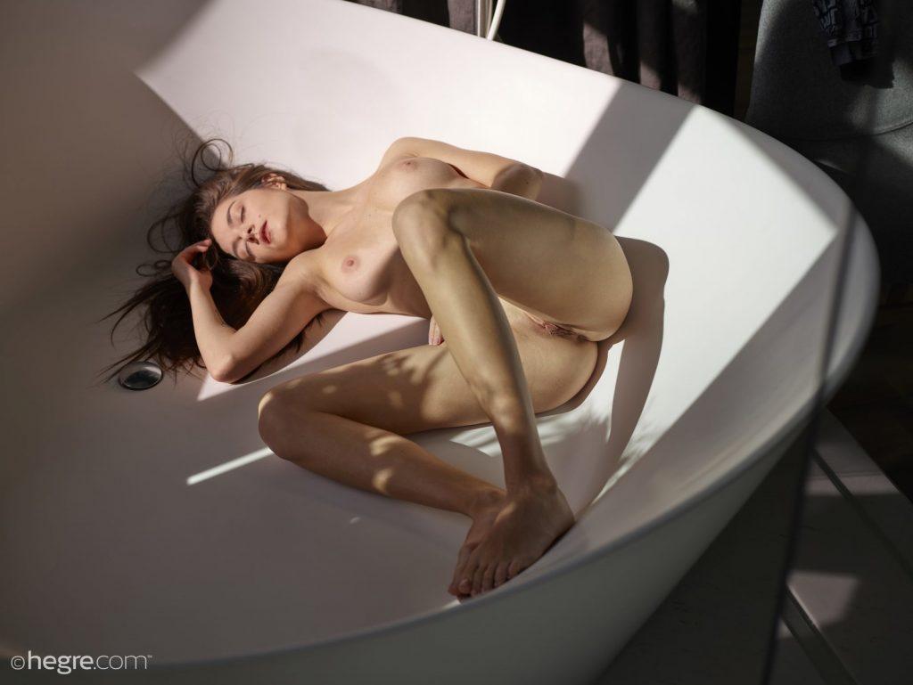 Naga laska w wannie