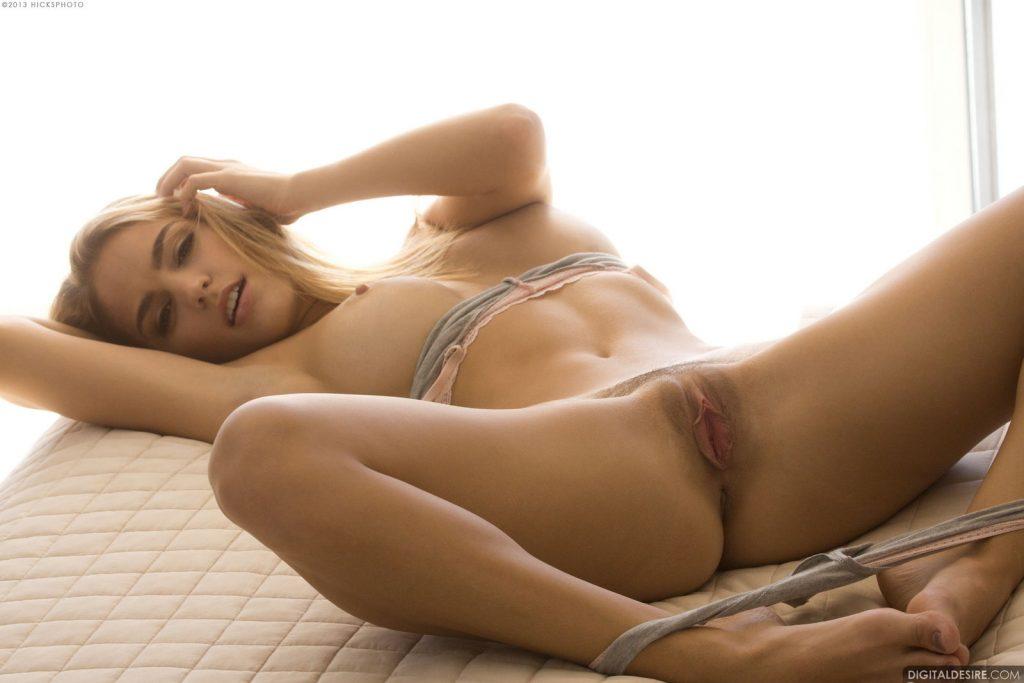 Śliczna blondi ze sterczącym biustem